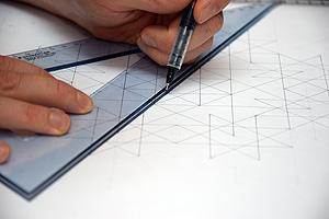 Anreißen mit dem Dreieck beim Zeichnen